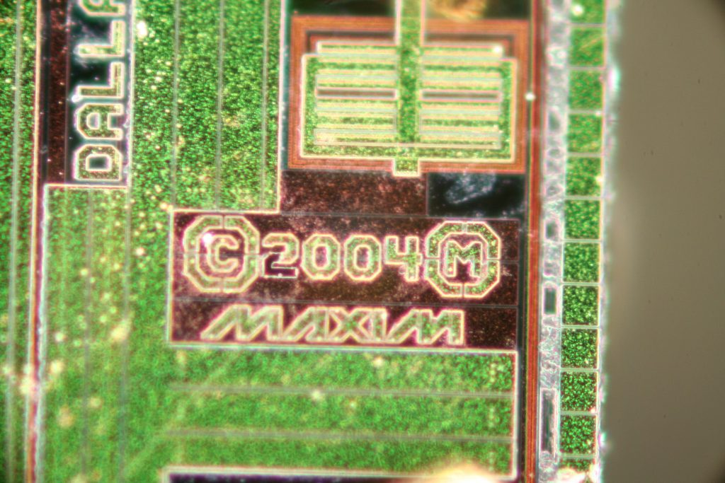 A high-quality image of the Maxim logo on the chip.