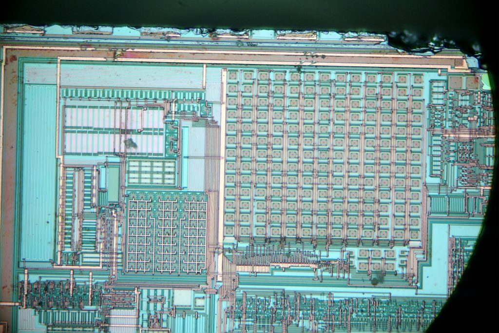 A focus stacked DIC image showing several circle-in-square circuit elements of two sizes.